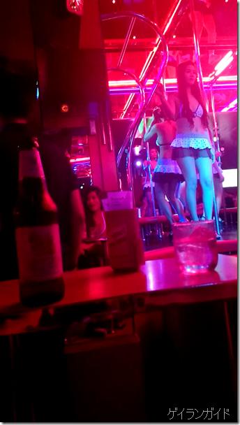 バカラ 踊っている女の子