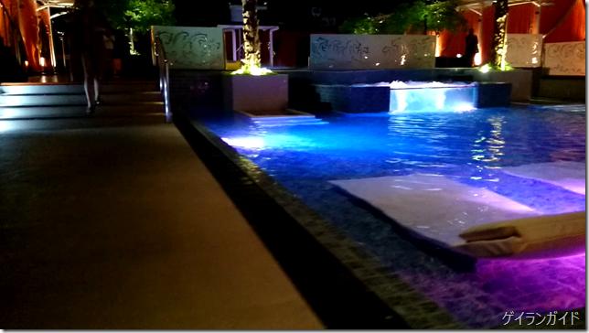 The pool 1001 Hotel 手前のプール
