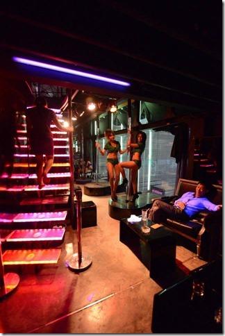 ハッポン ゴーゴーバー ブラックパゴダ 階段