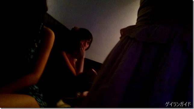 テーメーカフェ ボックス席に座っている女の子