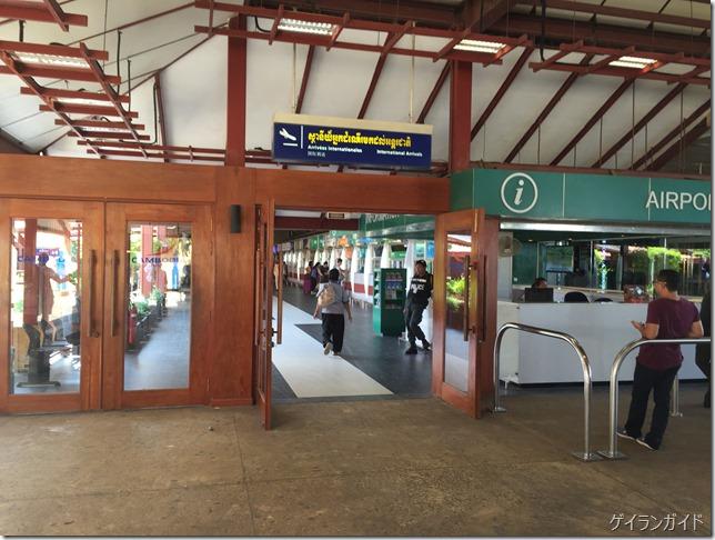 空港到着側SIM売り場を抜けて外に出たところでSIM売り場を振り返って